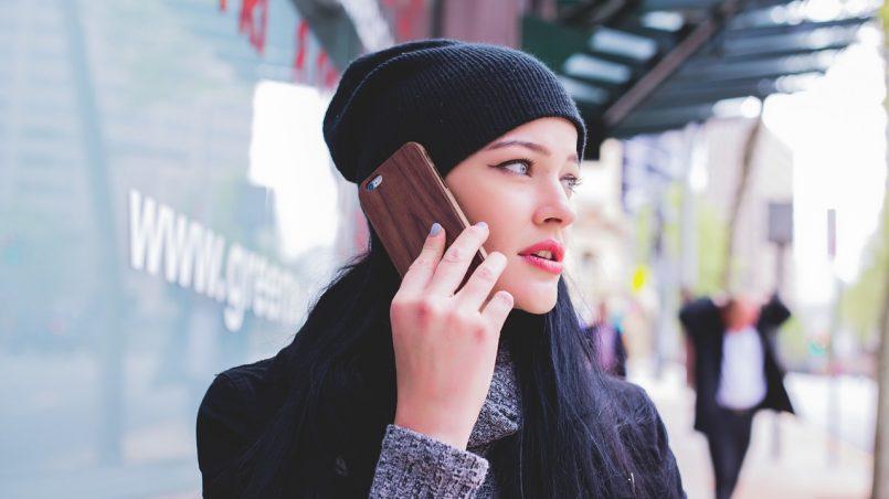 Devojka razgovara na telefonu sa maskom